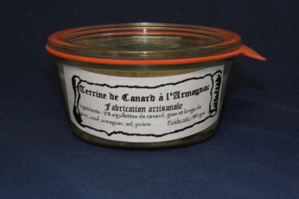 Présentation d'une conserve de terrine de canard à l'Armagnac